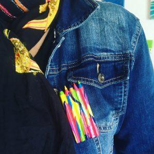 Broche crayon posé sur verste en Jean