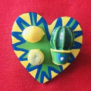 Broche en bois en forme de coeur